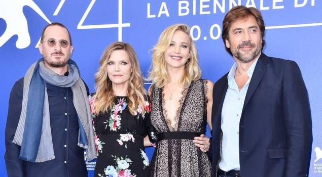 Jennifer Lawrence incanta il red carpet di Venezia 74