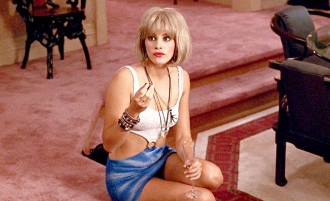 Pretty Woman Vasca Da Bagno : Bella donna rilassante nella vasca da bagno in bagno foto royalty