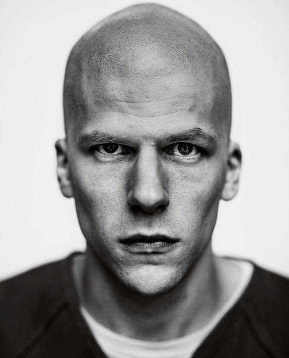 Jesse Eisenberg ha detto addio ai suoi riccioli per il ruolo di Lex Luthor in Batman v Superman. Ospite al programma tv Late Night with S...
