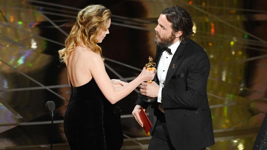 Brie Larson e Casey Affleck durante la cerimonia degli 89mi Academy Awards
