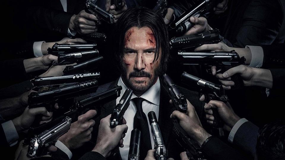 Keanu Reeves circondato da pistole in John Wick - Capitolo 2