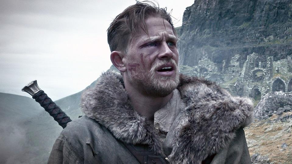 King Arthur: La leggenda della spada, Charlie Hunnam in azione nei panni di Artù