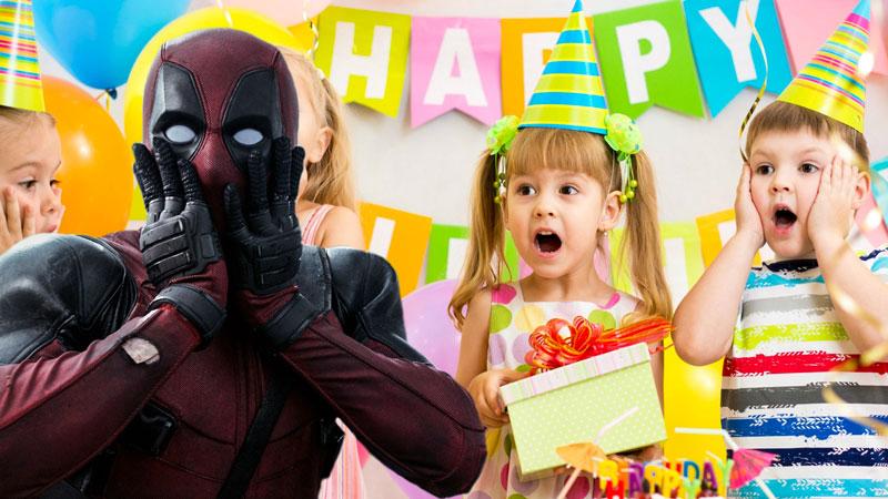 Deadpool irrompe durante una festa di compleanno