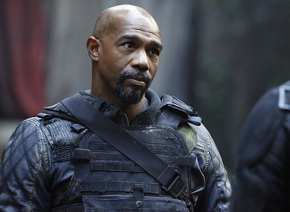 "The 100 -- ""Fallen"" -- Image HU310b_0080 -- Pictured (L-R): Michael Beach as Pike and Bob Morley as Bellamy -- Credit: Bettina Strauss/The CW -- © 2016 The CW Network, LLC. All Rights Reserved"