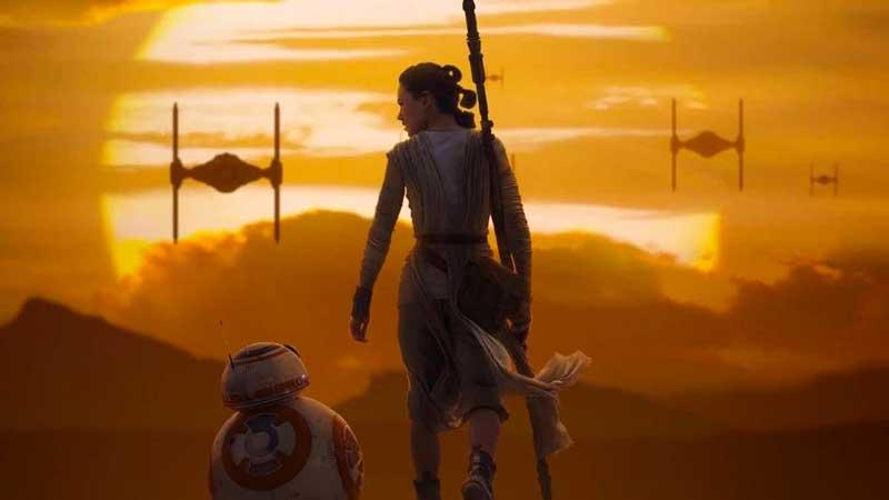Rey e BB8 su Jakku