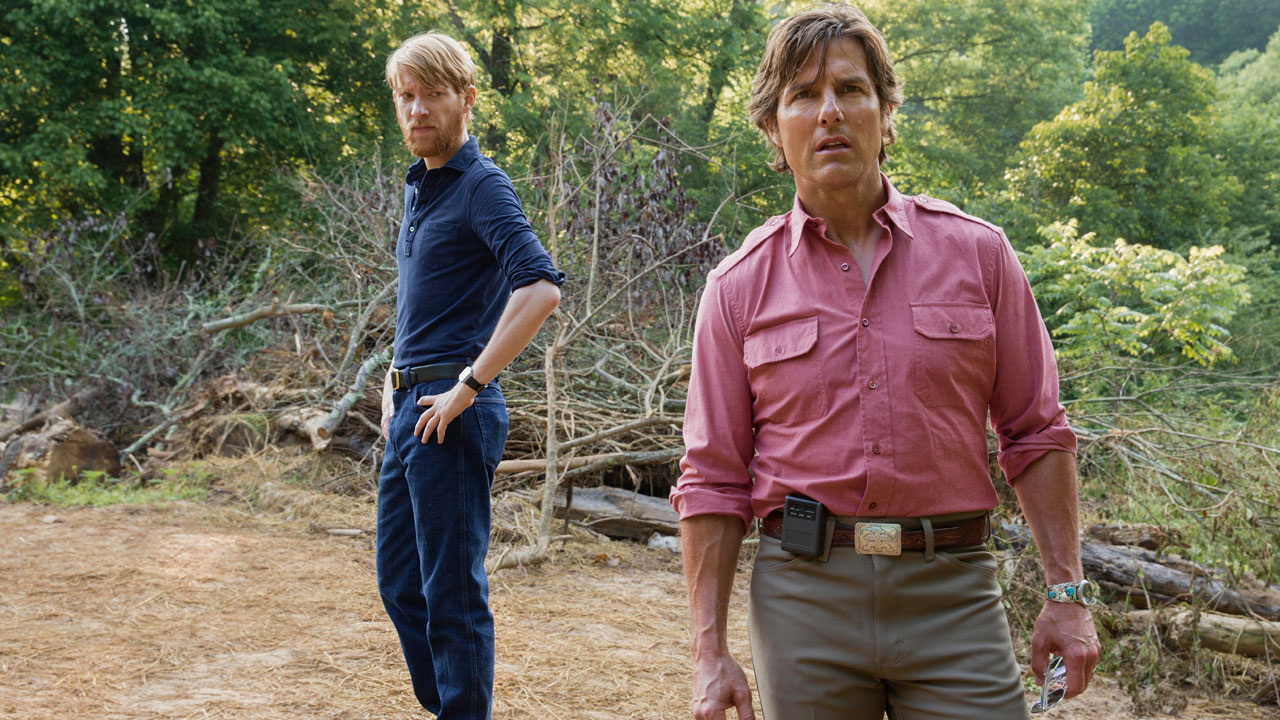 Tom Cruise e Domhnall Gleeson in Barry Seal