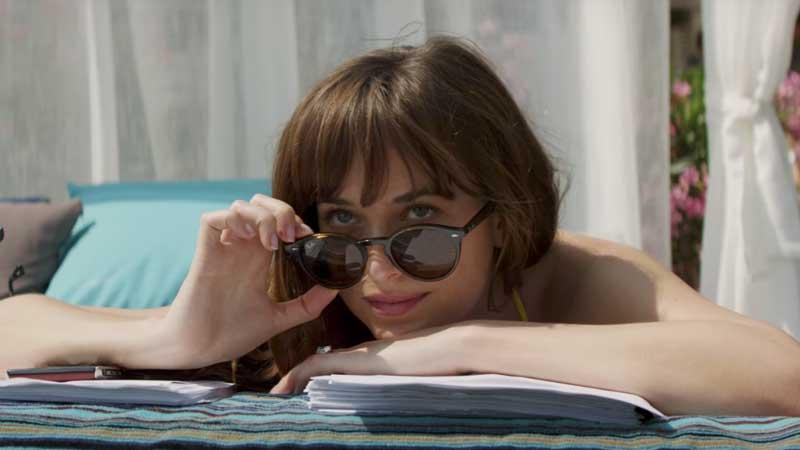 Dakota Johnson è Anastasia in Cinquanta Sfumature di Rosso